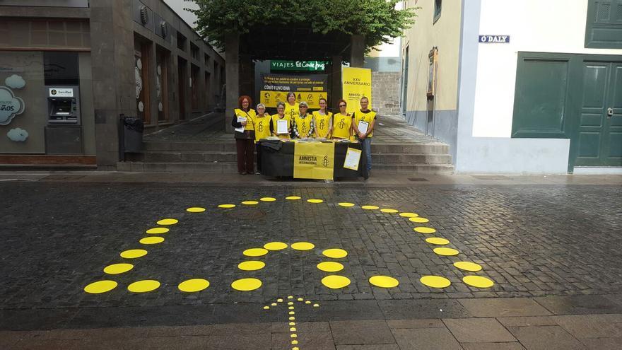 Grupo local de Amnistía Internacional en la acción de calle de este sábado.