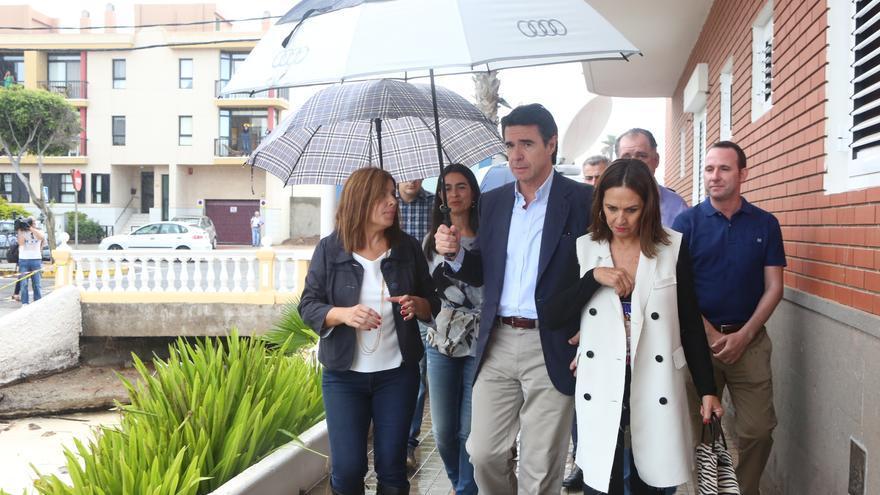 El ministro de Industria, Energía y Turismo, José Manuel Soria ; la alcaldesa de Telde, Carmen Hernández y la delegada del Gobierno en Canarias, María del Carmen Hernández Bento visitan las zonas afectadas en Telde oor las lluvias