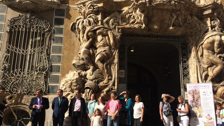 El delegado de Gobierno, Juan Carlos Moragues, visita el Museo de Cerámica y Artes Suntuarias