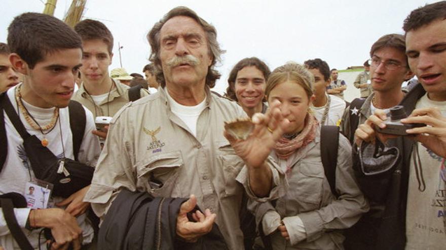 Miguel de la Quadra Salcedo con expedicionarios de la XV ruta Quetzal-Argentaria 2001