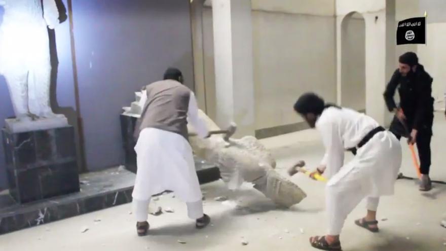 Miembros de ISIS destrozan con martillos las estatuas del museo de Nínive.