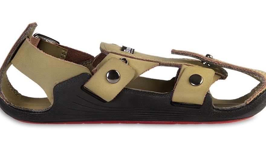 Los zapatos están hechos con suela de goma, y el resto es cuero.