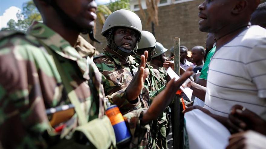 La policía keniana dispersa con gas lacrimógeno una protesta ante la Comisión Electoral