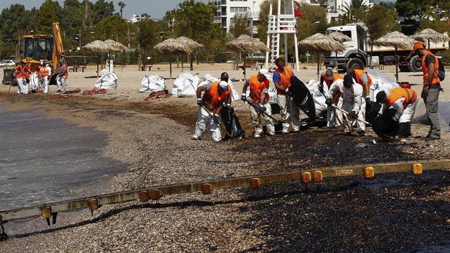 El vertido del petrolero naufragado el domingo llega a las playas de Atenas