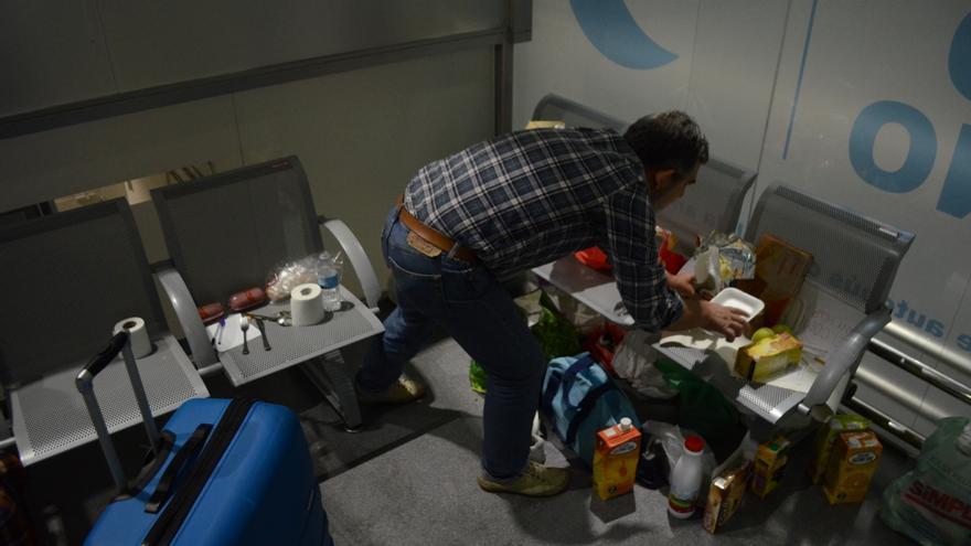 Un voluntario organiza un pequeño banco de alimentos en una estación de Madrid a la que este jueves llegaron refugiados sirios procedentes del sur / Alejandro Navarro