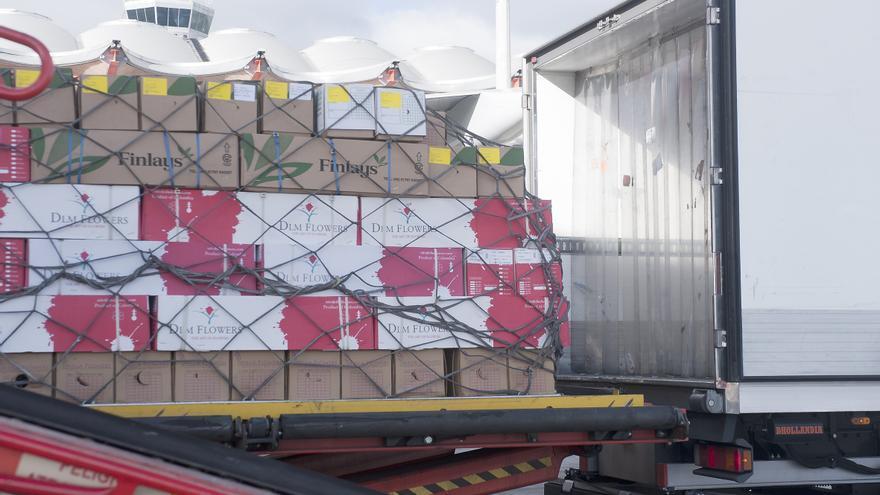 Cajas de flores en su llegada hasta el aeropuerto Adolfo Suárez Madrid Barajas. Foto: Iberia.