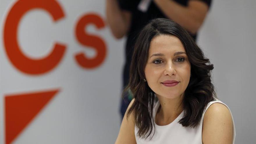"""Arrimadas pide a Puigdemont elecciones aunque duda de que se """"baje del burro"""""""