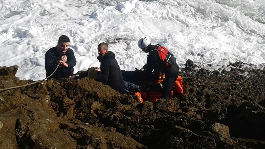 Efectivos de emergencias y pesqueros buscan a un hombre caído al agua en San Vicente de la Barquera