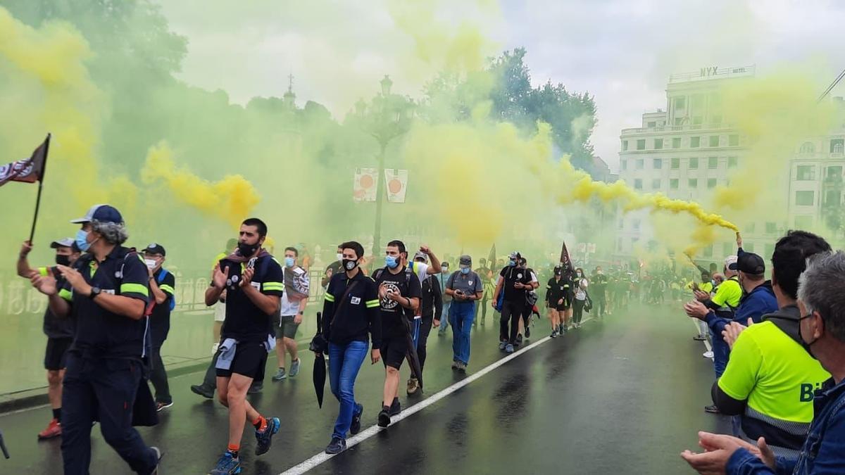 Trabajadores de Tubacex a su llegada a Bilbao tras recorrer más de 20 kilómetros como forma de protesta por el ERE