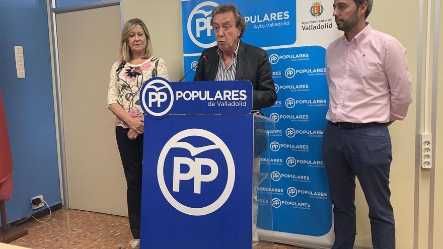 El concejal 'popular' De Santiago-Juárez, durante la rueda de prensa junto a Pilar del Olmo y Borja García.