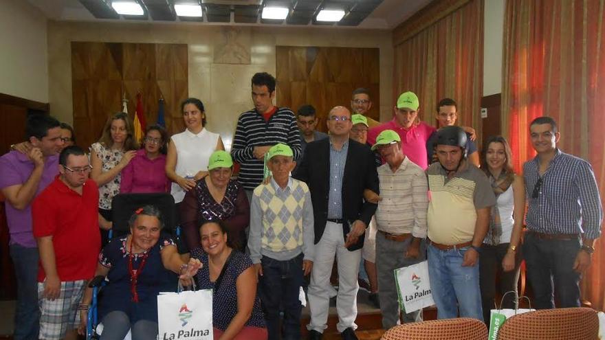 En la imagen, usuarios del Centro de Atención a la Discapacidad Triana y del Centro de Estancia Diurna El Dorador, con el presidente del Cabildo y la consejera de Servicios Sociales.