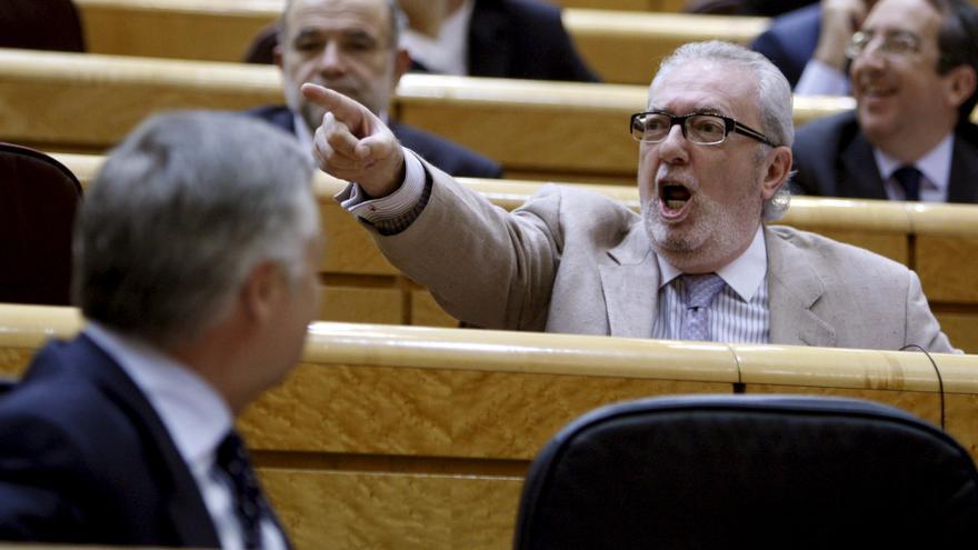 El senador del PP Pedro Agramunt Font de Mora, durante la sesión de control en el Senado, el 26/04/2011.