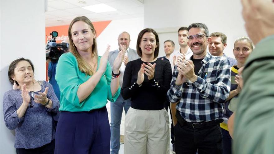 La candidata de Ciudadanos por Santa Cruz de Tenerife, Melisa Rodríguez, junto a simpatizantes tras valorar los resultados de su formación.