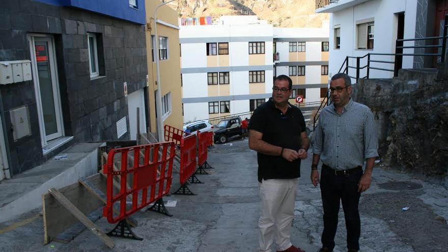 Sergio Matos (derecha), en la obra de reforma y asfaltado de la calle Adeyamen.