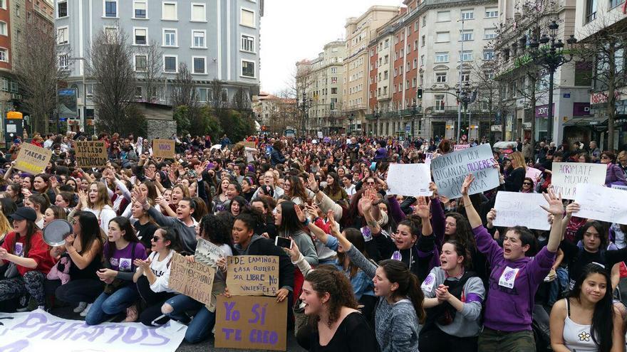 Las manifestantes ha realizado una sentada en recuerdo de las víctimas de la violencia machista. | LARO GARCÍA