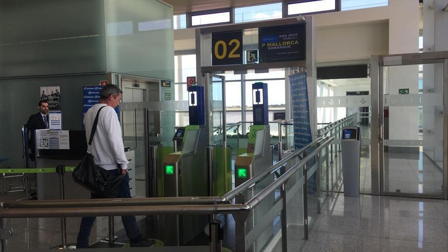 Un pasajero utilizando el nuevo sistema de reconocimiento facial