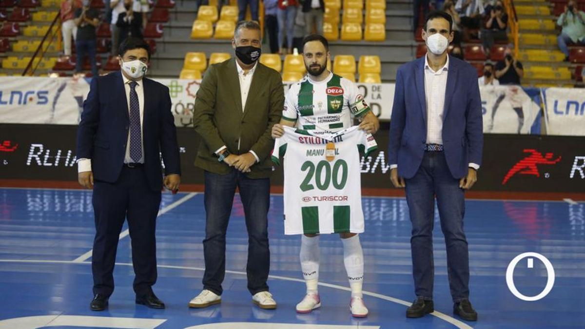 Manu Leal, homenajeado tras cumplir 200 partidos oficiales