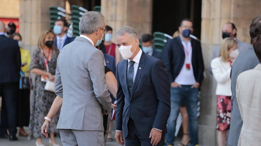 El lehendakari, Iñigo Urkullu (d), saluda a su llegada a la plaza mayor de Salamanca para celebrar la XXIV Conferencia de Presidentes