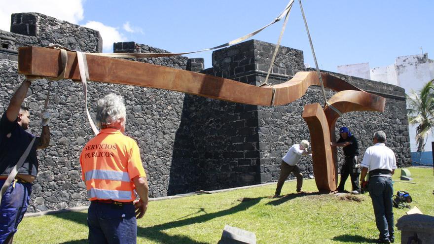 La escultura ha sido instalada este viernes en su emplazamiento original.