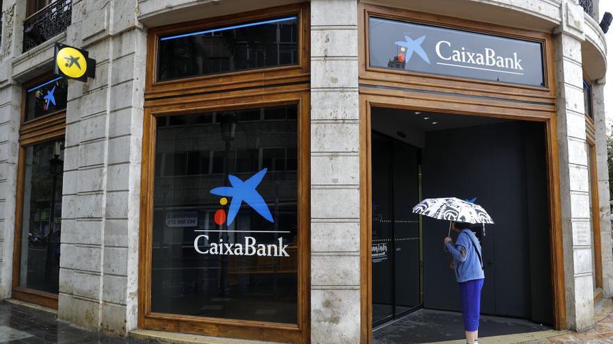 CaixaBank gana 4.181 millones por la fusión y destinará el 50 % al dividendo