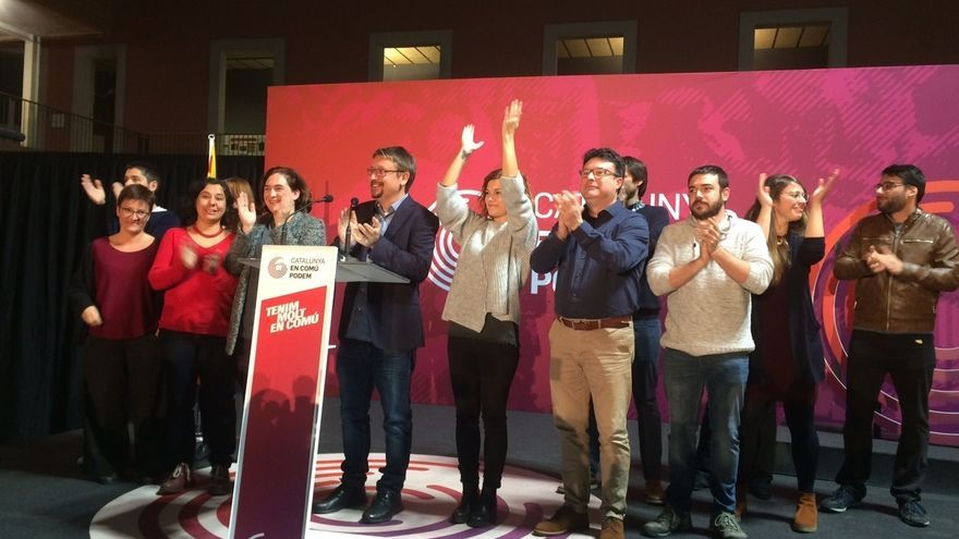 Xavier Domènech, flanqueado pro Ada Colau, Elisenda Alamany y el resto de la candidatura de Catalunya en Comú.
