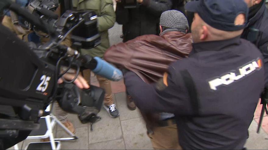 Un hombre es detenido en la sede del PSOE por portar una pancarta