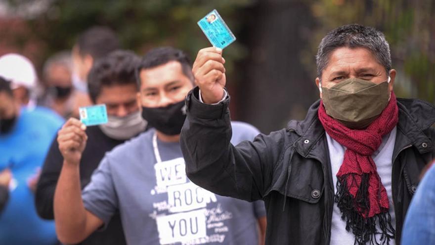 Mostrando el documento en la fila para votar, en las elecciones generales peruanas: 25 millones de personas hablitadas para elegir entre 18 candidaturas presidenciales.