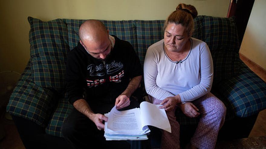 María y Héctor mostrando los papeles del proceso