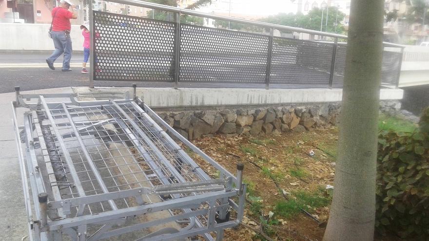 El amasijo de hierros que alguien dejó en el parque Viera y Clavijo