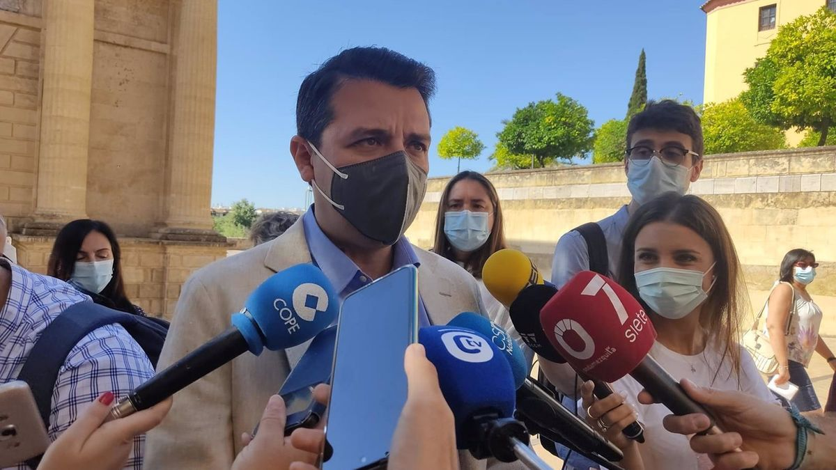 El alcalde de Córdoba, José María Bellido, atiende a los periodistas