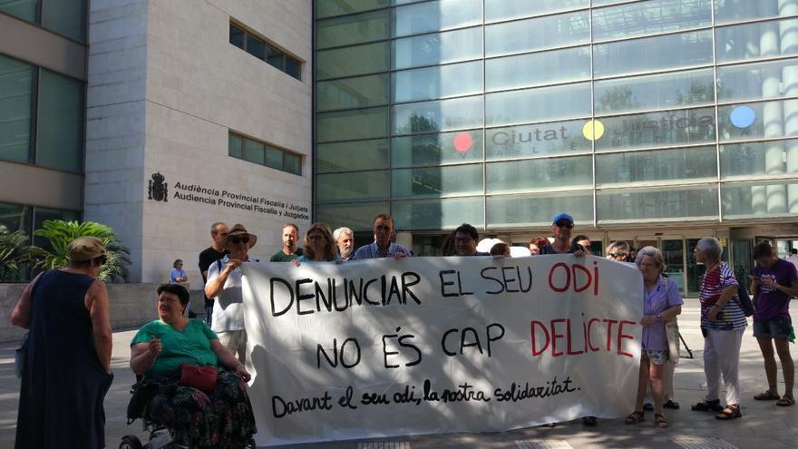 Concentración de apoyo a los encausados por las protestas contra el autobús de HazteOir