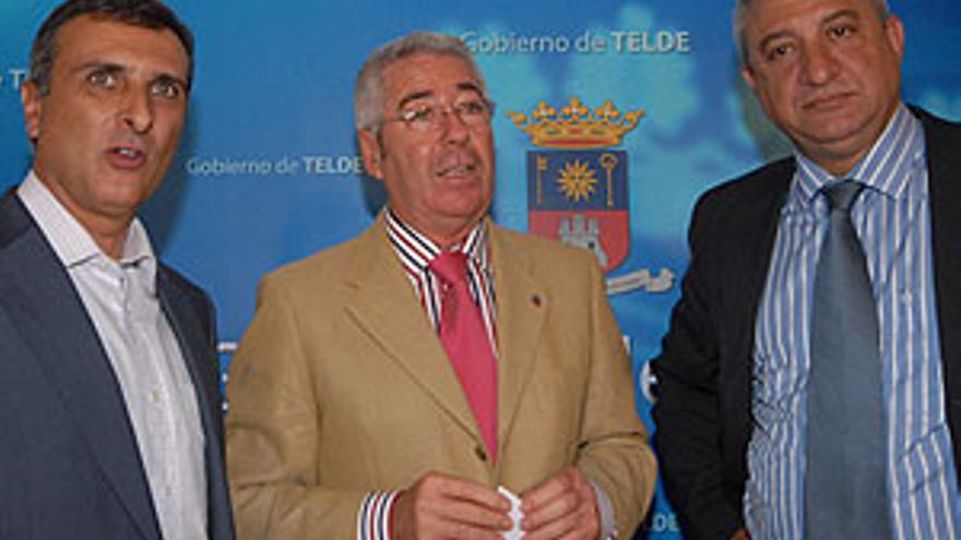 Francisco Santiago, este viernes flanqueado por José Antonio Perera (i) e Ildefonso Jiménez. (CANARIAS AHORA)