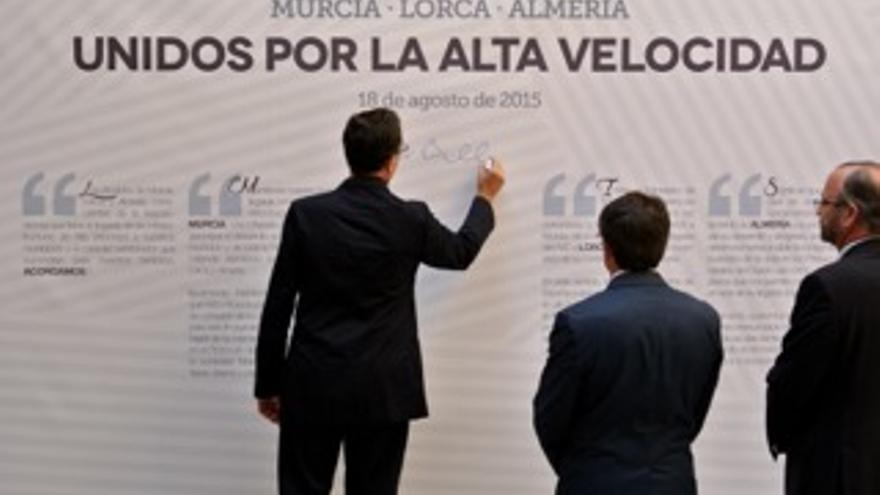 Los alcaldes de Murcia, Lorca y Almería firman un manifiesto en apoyo de la llegada del AVE