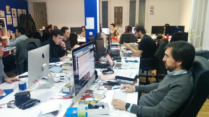El director de eldiario.es Ignacio Escolar en la redacción mientras responde las preguntas de los lectores //FOTO: eldiario.es