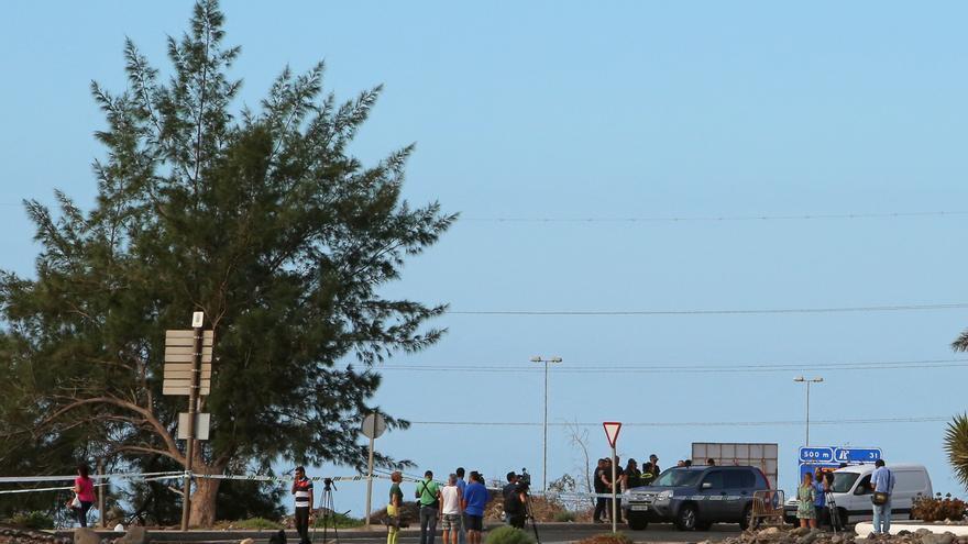 Guardia Civil, medios de comunicación y curiosos se acercan a la zona del hallazgo en Vecindario. (Alejandro Ramos).