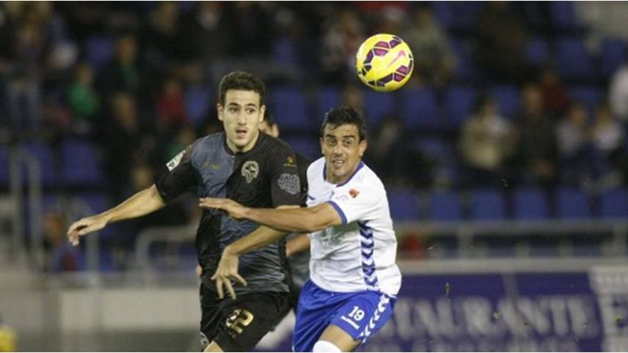 El delantero blanquiazul Diego Ifrán pugna por un balón en un lance del encuentro./ LFP
