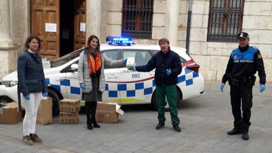 La alcaldesa de Teruel, Emma Buj, recibe los donativos de la empresa Piensos Sol / Ayuntamiento de Teruel