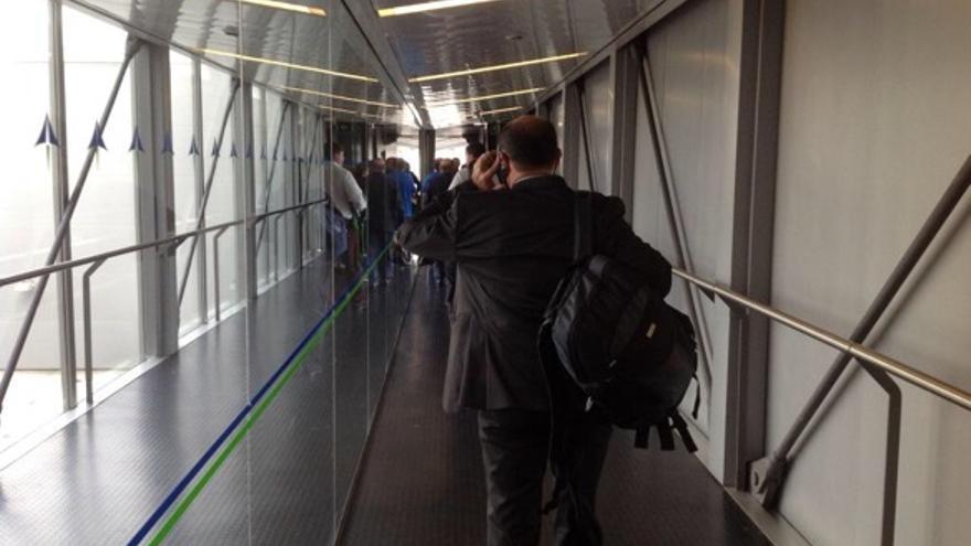 Los pasajeros del IB3823 regresan sobre sus pasos en busca de una entrada a territorio español.