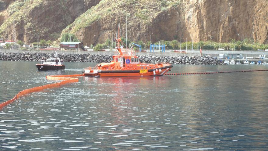 En el simulacro colaboró Salvamento Marítimo, con su embarcación 'Salvamar Alphard', y la Corporación de Prácticos de La Palma con la unidad 'Alalba', entre otras entidades.