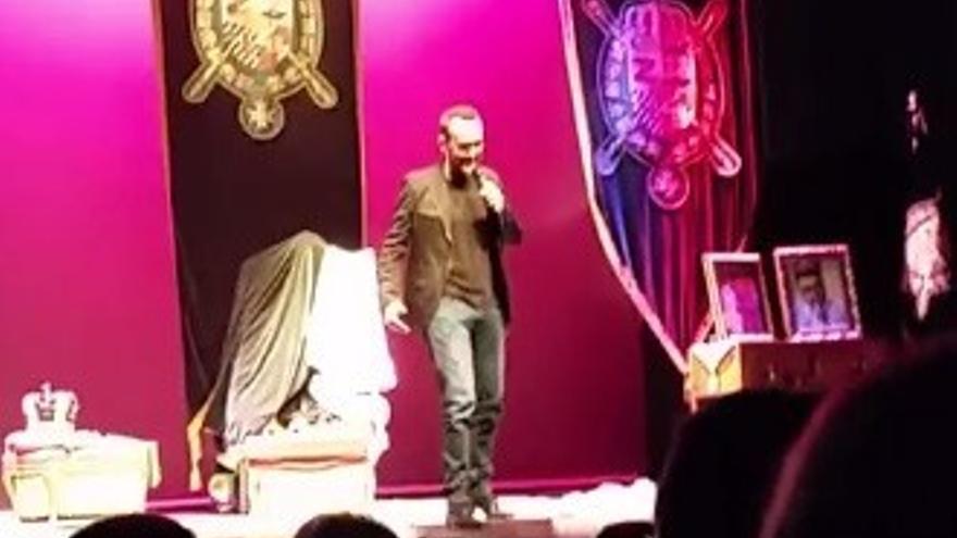 Risto pide matrimonio a Laura Escanes sobre el escenario de un teatro (Vídeo)