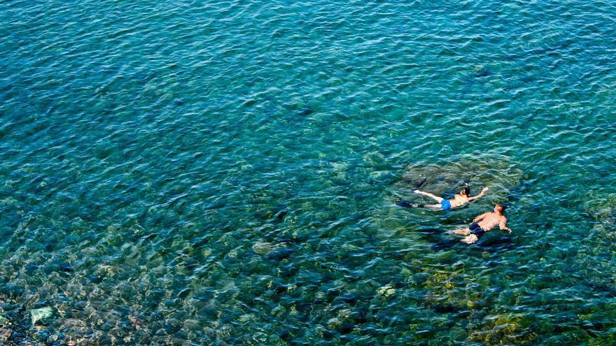 Buceando en las aguas cristalinas de la Playa de La Aldea. VA