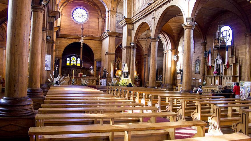 Interior de una de las iglesias de madera de Chiloé.