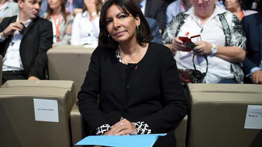 """Anne Hidalgo anuncia que París abrirá un """"campamento humanitario"""" para refugiados"""