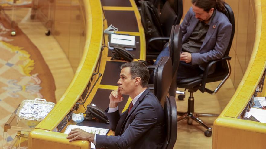 Pedro Sánchez y Pablo Iglesias, en la última sesión de control al Gobierno en el Senado.