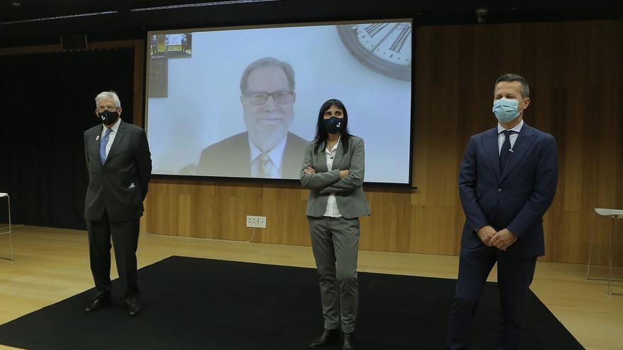 El catedrático Pedro Miguel Etxenike, la rectora de la UPV/EHU, Nekane Balluerka, y el consejero de Educación, Jokin Bildarratz