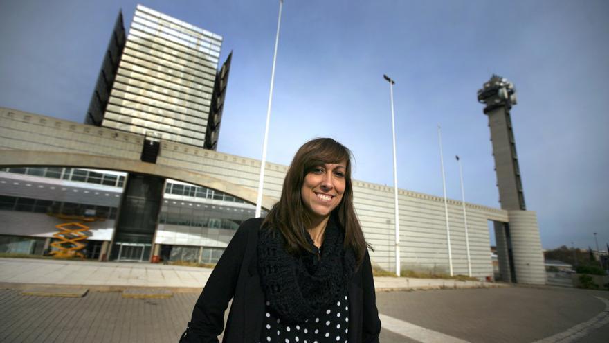 La periodista Jèssica Crespo en la entrada del edificio de À Punt
