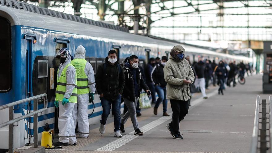 Personas circulan este lunes en la Estación Ferroviaria de Constitución en la ciudad de Buenos Aires (Argentina).