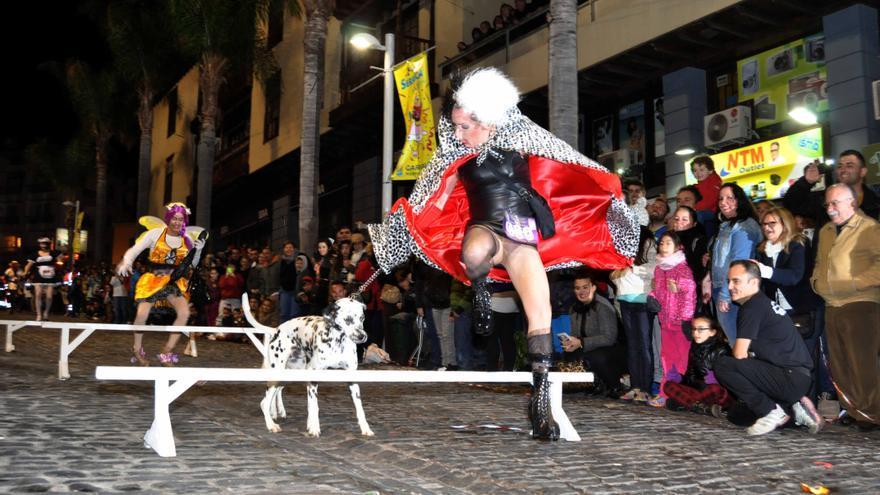 Hasta Cruella de Vil participó en el maratón con uno de sus 'queridos' dalmatas.