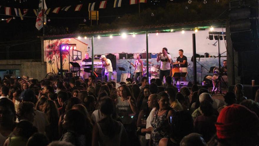 La verbena estuvo amenizada por las orquestas  'Arena Caliente' de La Palma y 'Nueva Ilusión' de Tenerife. Foto: JOSÉ AYUT.