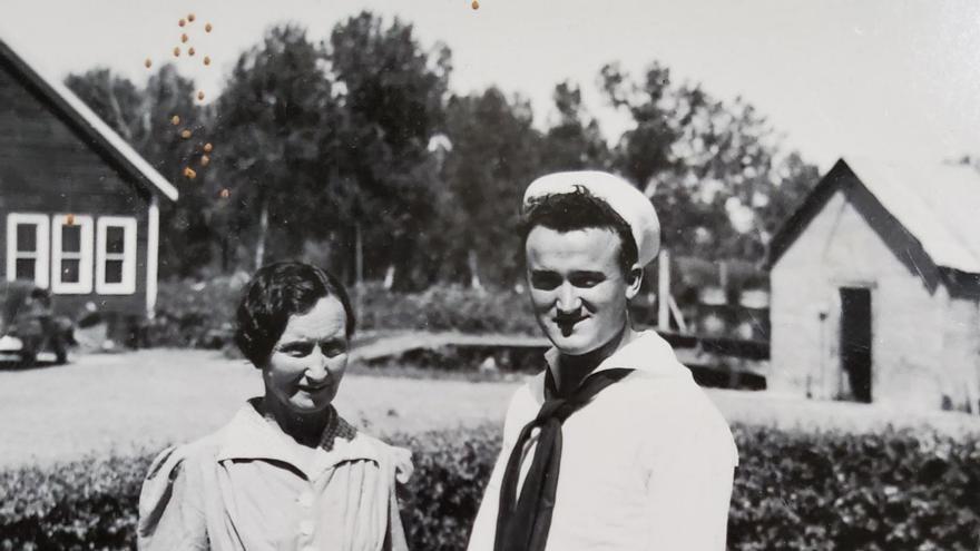 Mark Etchart en uniforme de la armada norteamericana junto a su madre Catherine, 1945.